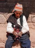 Local Peruvian man knitting - Lake Titicaca, Peru — Stock fotografie