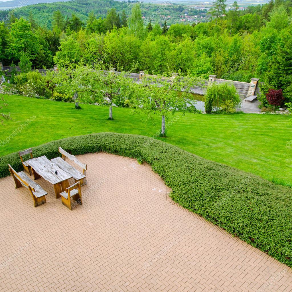 벽돌 포장 소박한 안락의자와 정원, 높은 각도 보기 둘러싸인의 ...