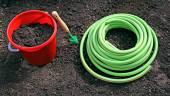 Ogrodnictwo akcesoria na gardenbed — Zdjęcie stockowe