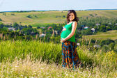 Portrait of a beautiful pregnant woman in the countryside — Stock Photo