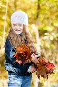 Mooi meisje met een bos van bladeren — Stockfoto