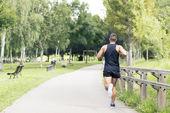 実行し、公園、健康的なライフ スタイルのコンセプトで運動運動男. — ストック写真