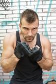 Porträtt av allvarlig man fighter i boxning posera, urban stil. — Stockfoto