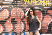Beautiful woman on urban background, rock lifestyle concept. — Stockfoto