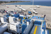 Färja på bay i zakynthos stad i grekland — Stockfoto