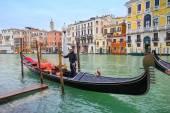 Gondola and gondolier in Venice — Zdjęcie stockowe