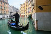 Gondola with tourists in Venice — Stock Photo