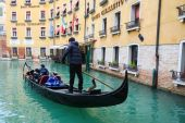 Gondola with tourists sailing in Venice — Stock Photo
