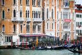 Gondolas in front of Hotel Bauer Palazzo — 图库照片