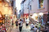 Tourists walking next to displayed souvenirs in Rovinj — Stock Photo