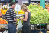 Seller and buyer on market in Rovinj — Stock Photo