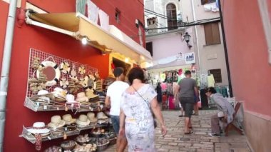 Tourists walking in front of summer hats store — Stock Video