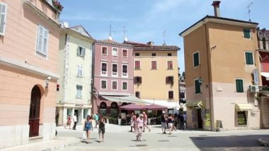 Tourists on street in Rovinj — Stock Video