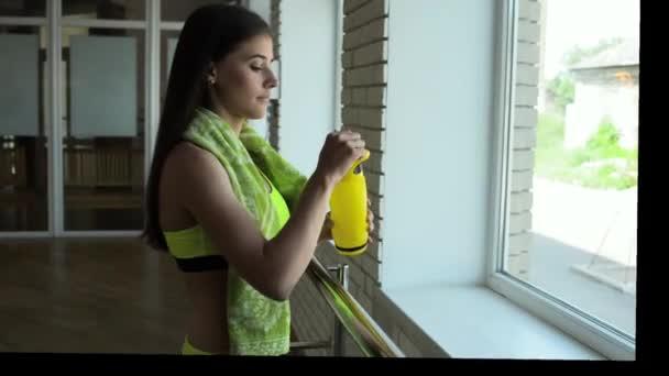 Женщина на корточках видео фото 381-391