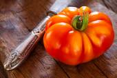 Close up of a ripe beefsteak tomato — Stockfoto