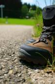 Close-up of Hiking boots on the roadside — Fotografia Stock