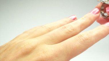 Jóia anel com cristais de esmeralda verdes colocando no dedo — Vídeo stock