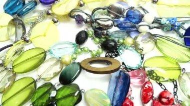 Sieraden kralen kettingen met heldere kristallen — Stockvideo