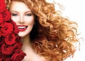 Kızıl saçlı üfleme ile kız — Stok fotoğraf