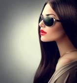 Mädchen mit sonnenbrille — Stockfoto