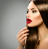 Girl applying makeup — Stock Photo