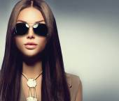Girl wearing sunglasses — Stock Photo