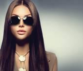 Dziewczyna nosi okulary — Zdjęcie stockowe