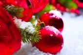 красные рождественские безделушки — Стоковое фото