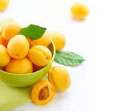 Organic Apricots with leaves — Foto de Stock
