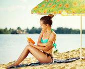 Girl applying sun tan cream — Stock Photo