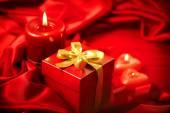 Valentine röda ljus och gåva — Stockfoto