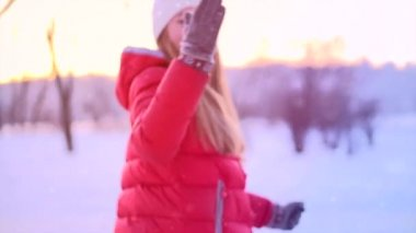 Woman having fun in winter park. — Vídeo de Stock