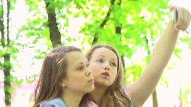 Portrait of teen girls making selfie. — Stock Video