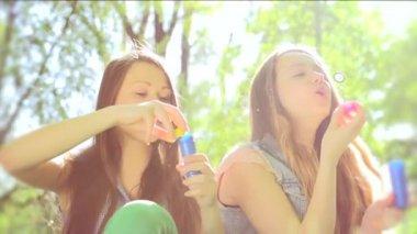 Gülüyor ve sabun köpüğü üfleme gençler — Stok video