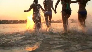 Girls running and playing in water — Stock Video