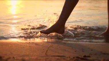 赤脚走在海滩上的女人 — 图库视频影像