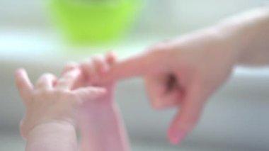 Mor och hennes nyfödda barn. — Stockvideo