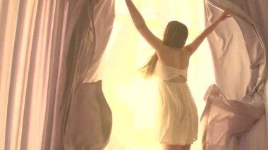 女孩打开大窗户上的窗帘 — 图库视频影像