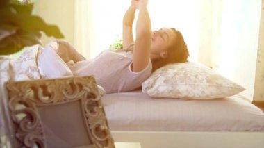 Sleeping woman in  comfortable bed. — Vídeo de Stock