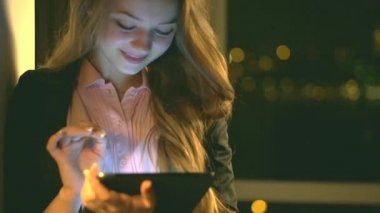 Beauty teenage girl with tablet pc — Stock video