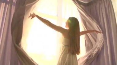 大きな窓にカーテンが開き女の子 — ストックビデオ