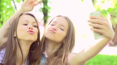 Teen girls taking photos with  smartphone. — Stock Video