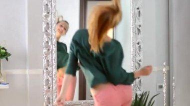 Tienermeisje dansen thuis — Stockvideo