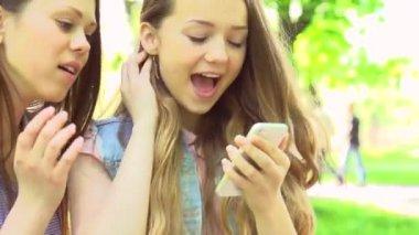 Genç kız smartphone ile fotoğraf çekmek — Stok video