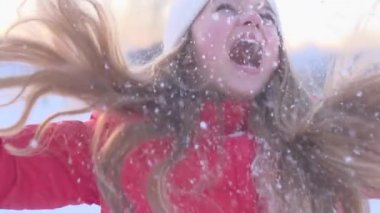 Girl having fun in winter park. — Stock Video
