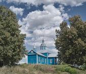 雲がかかる小さな木製教会 — ストック写真