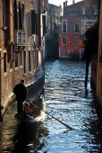 Gondolier in the channel in Venice — Stock Photo