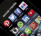 Belgrad - 5. Mai 2014 beliebte social Media Icons Facebook, Twitter und anderen Smartphone-Bildschirm hautnah — Stockfoto
