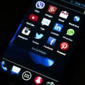 BELGRADE - JANUARY 31, 2014: Popular social media icons on smart phone screen — Stock Photo