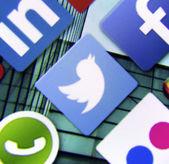 BELGRADE - MARCH 11, 2014: Social media icon Twitter on smart phone screen — Stock Photo